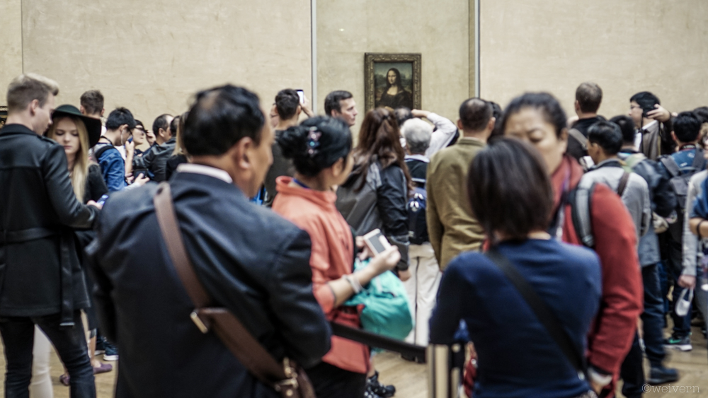 --- People clamouring to see the Mona Lisa - and we were early!